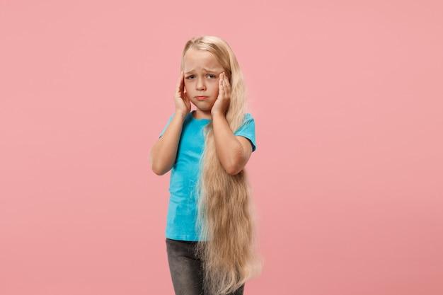 Mädchen mit kopfschmerzen. über rosa isoliert