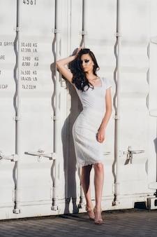 Mädchen mit langen haaren im eleganten weißen kleid