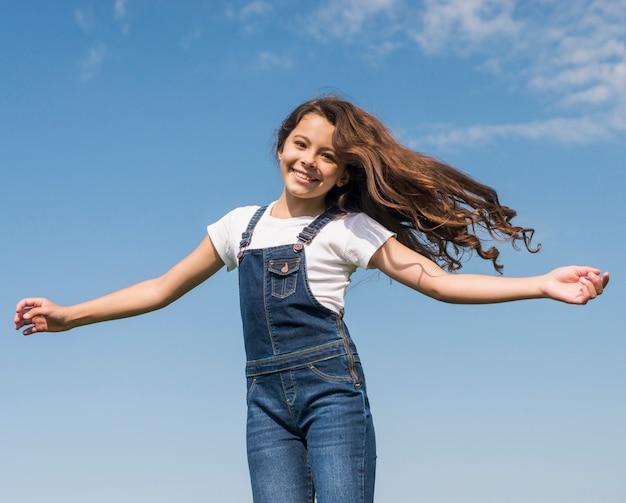 Mädchen mit langen haaren lächelnd