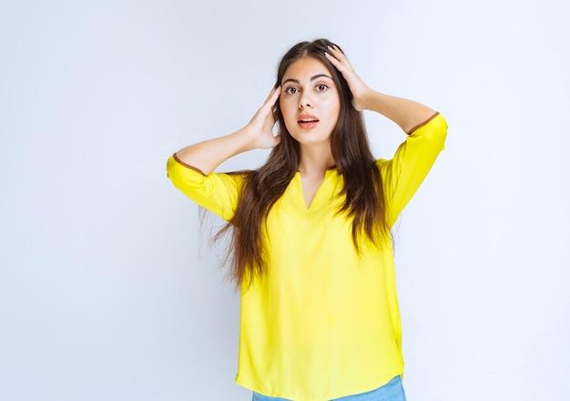 Mädchen mit langen haaren sieht überrascht und verwirrt aus.
