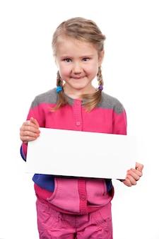 Mädchen mit leerem horizontalem leerzeichen auf weißem raum
