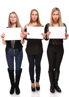 Mädchen mit leerem leerzeichenplakat