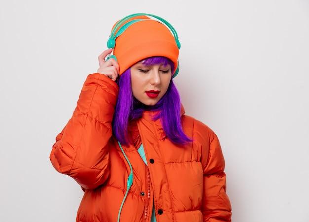 Mädchen mit lila haaren in jacke mit kopfhörern