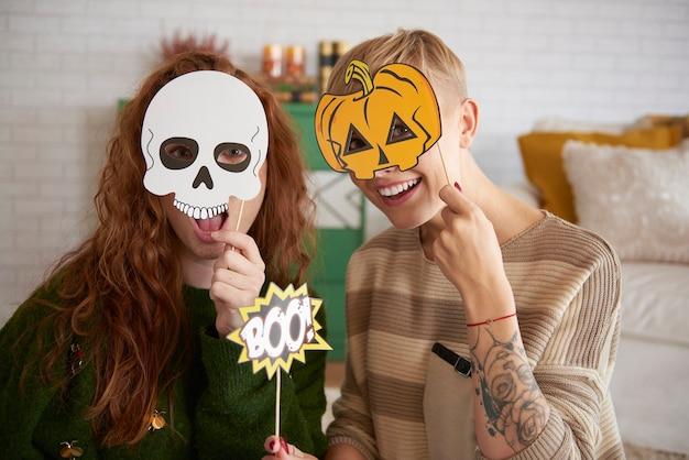Mädchen mit lustigen halloween-masken
