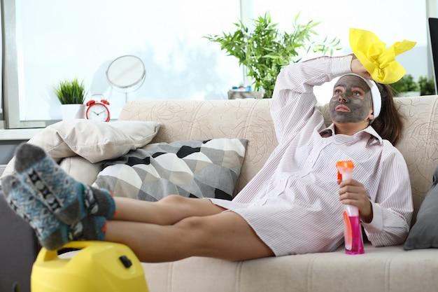 Mädchen mit maske auf ihrem gesicht liegt couch vor müdigkeit