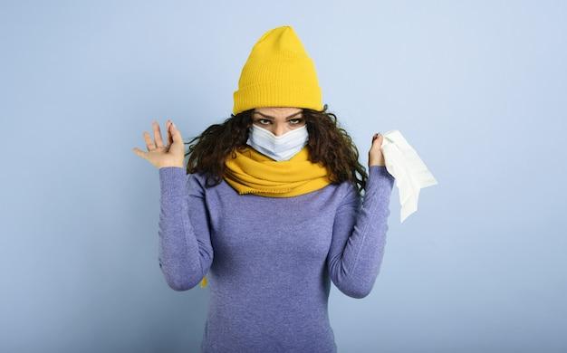 Mädchen mit maske erkältet. violetter hintergrund