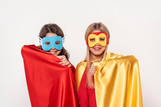 Mädchen mit maske und kostüm der helden