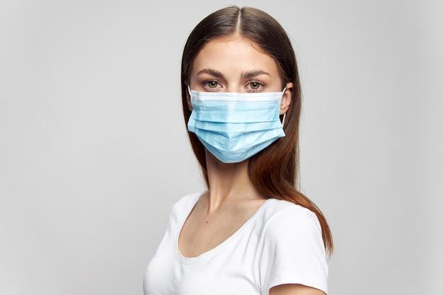 Mädchen mit medizinischer maske im gesicht