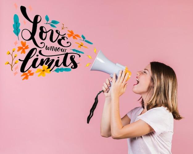Mädchen mit megaphon und zitat für valentinstag