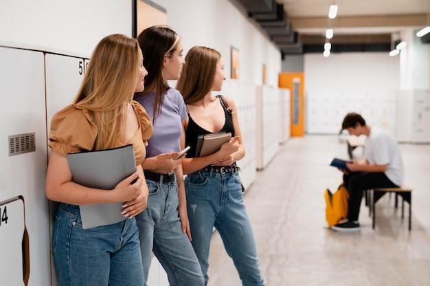 Mädchen mit mittlerem schuss, die jungen ansehen