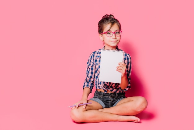 Mädchen mit notizbuch