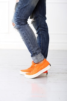 Mädchen mit orangefarbenen schuhen