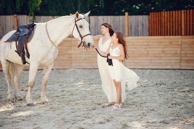 Mädchen mit pferden