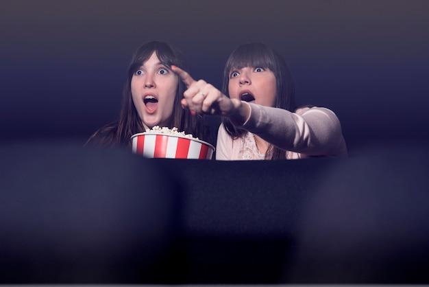 Mädchen mit popcorn im kino