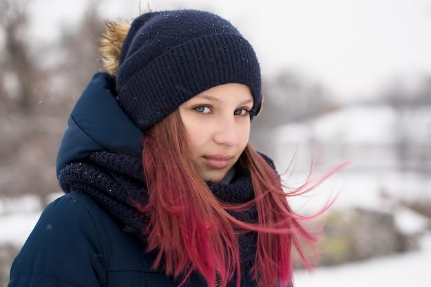 Mädchen mit rosa haaren, die einen hut tragen