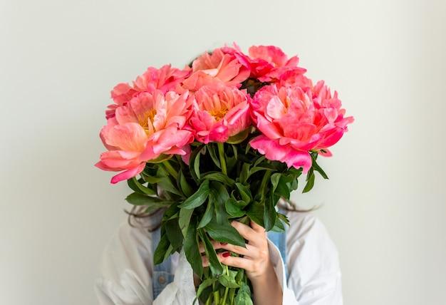 Mädchen mit rosa pfingstrosen, alles gute zum geburtstag oder valentinstag