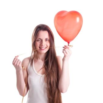 Mädchen mit rotem ballonherz isoliert auf weiß