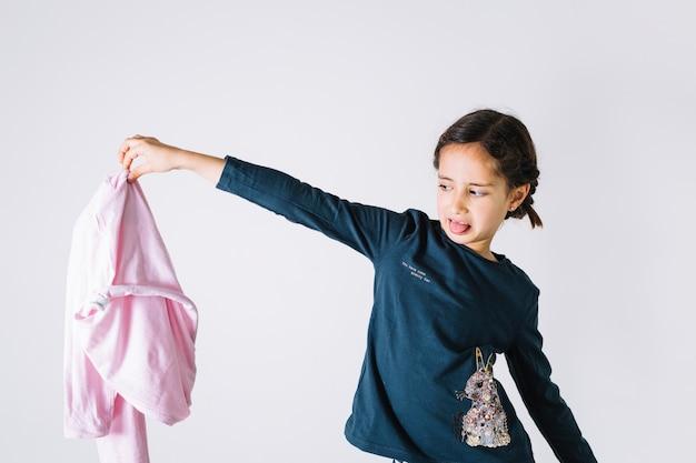 Mädchen mit schmutzigem stoff