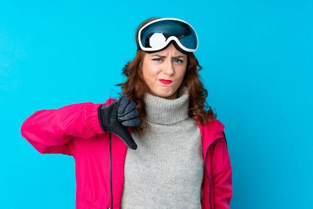 Mädchen mit schneegläsern über lokalisierter wand
