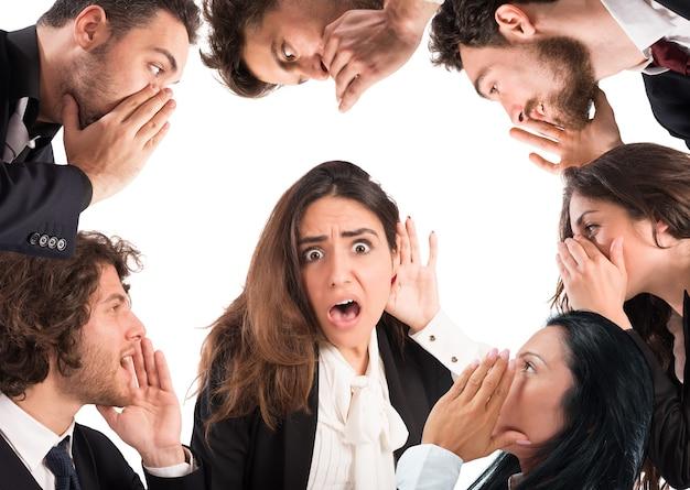 Mädchen mit schockiertem ausdruck, der vielen leuten zuhört Premium Fotos