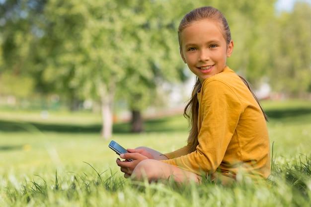Mädchen mit smartphone mittlerer aufnahme