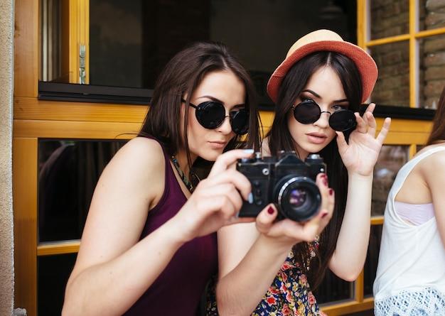 Mädchen mit sonnenbrille und reflex