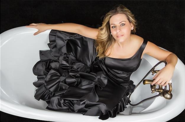 Mädchen mit spanischem flamencokleid in einer badewanne