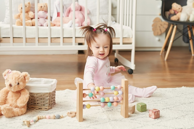 Mädchen mit spielzeug im kinderzimmer