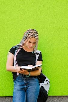 Mädchen mit studien auf grün