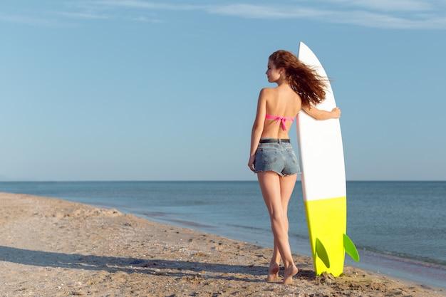 Mädchen mit surfbrett