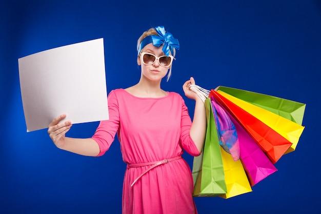 Mädchen mit taschen und einem blatt papier in seinen händen