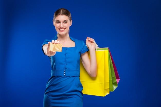 Mädchen mit taschen und kreditkarte in den händen