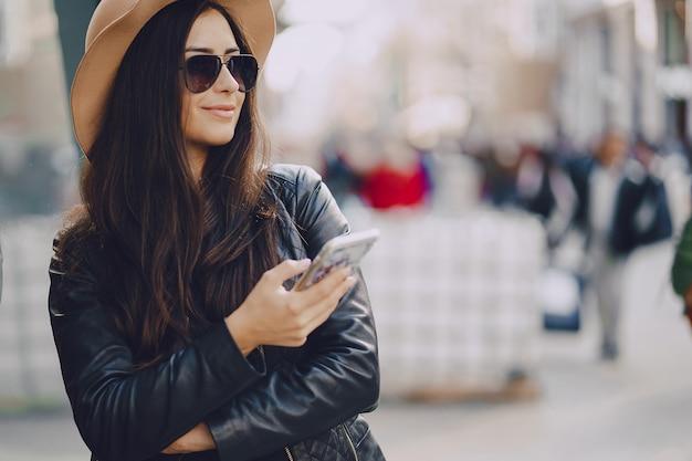 Mädchen mit telefon in istanbul