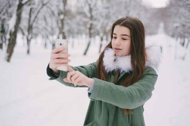 Mädchen mit telefon