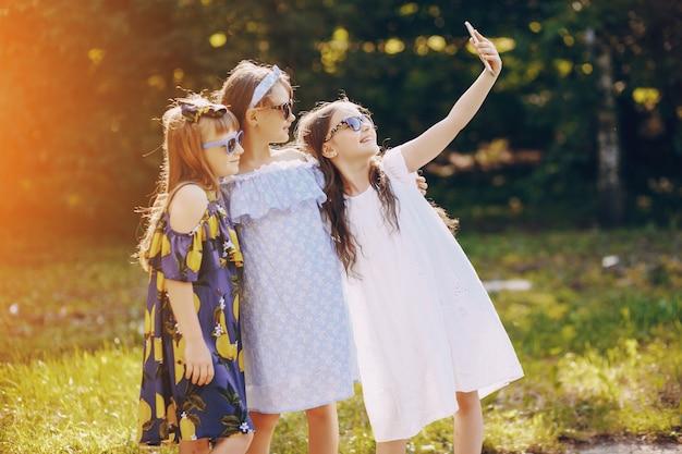 Mädchen mit telefonen
