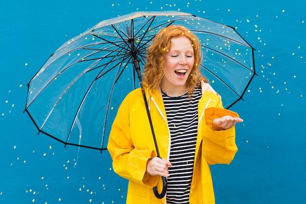 Mädchen mit transparentem regenschirm