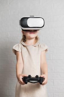 Mädchen mit virtuellem kopfhörer und steuerknüppel