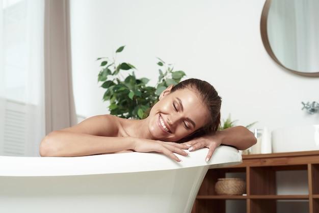Mädchen mit vitiligo liegt im bad