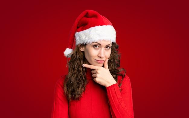 Mädchen mit weihnachtshut eine idee denkend