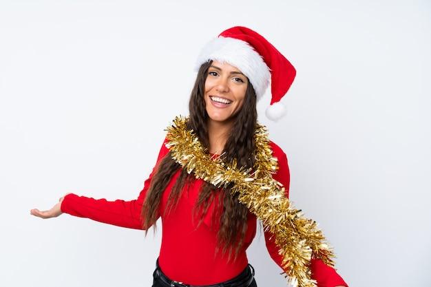 Mädchen mit weihnachtshut über getrenntem weiß