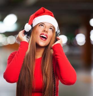 Mädchen mit weihnachtsmann-hut singen