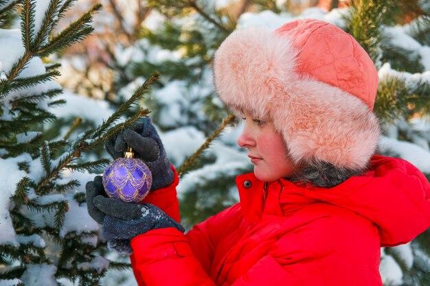 Mädchen mit weihnachtsspielzeug
