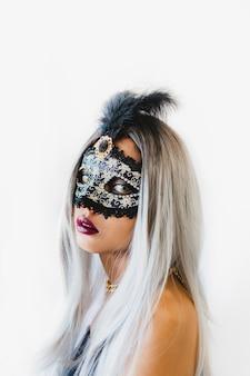 Mädchen mit weißem haar mit einer venezianischen maske