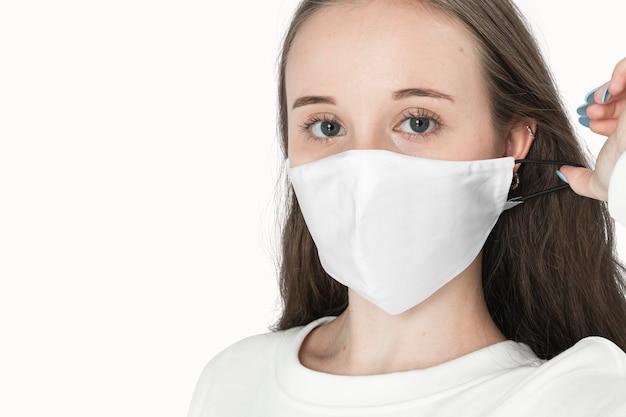 Mädchen mit weißer gesichtsmaske das neue normale modeshooting mit designraum