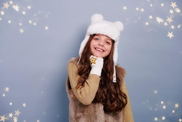 Mädchen mit wintermütze und handschuh