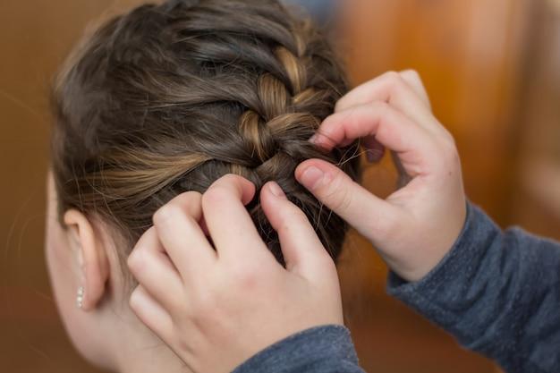 Mädchen mutter macht ein haar oder ein mädchen in einem friseur