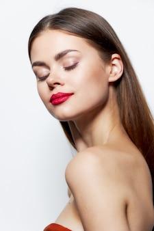 Mädchen nackte schultern rote lippen geschlossen augen klare hautpflege