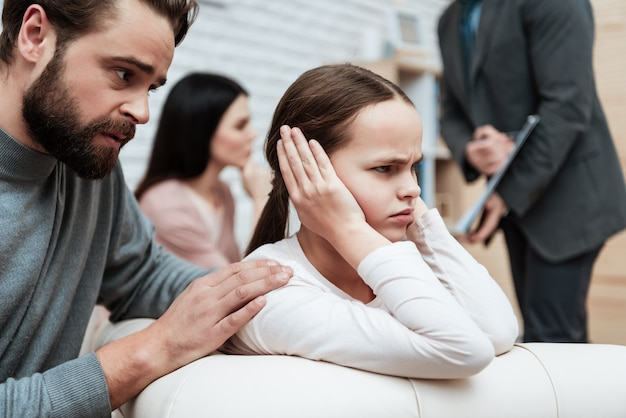 Mädchen nahe ohren mit händen ignorieren vater talk