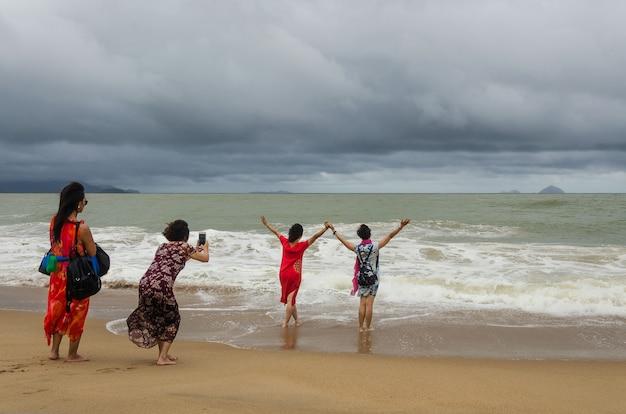 Mädchen nehmen selfie am strand