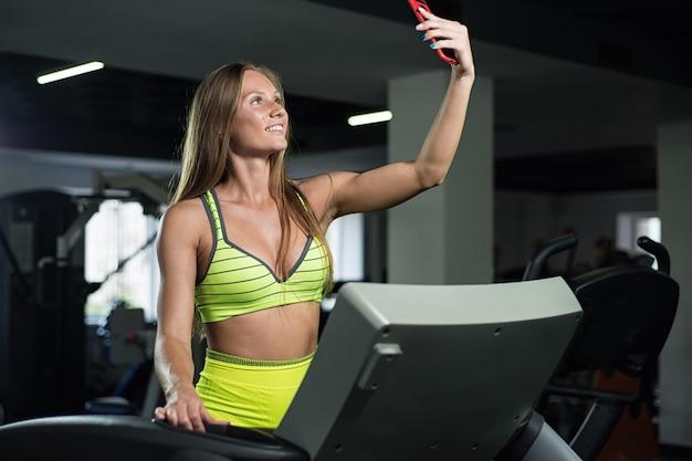 Mädchen nimmt ein selfie in der turnhalle